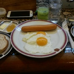 Photo taken at Took Lae Dee (ถูกและดี) by Chodock T. on 8/31/2015