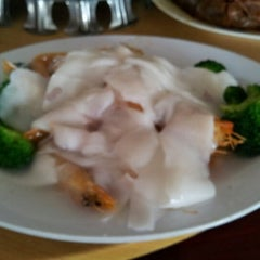 Photo taken at Cia Xiang Seafood Restaurant (佳鄉海鮮蟹皇飯) by Tommy W. on 2/13/2013
