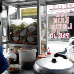 Photo taken at Rujak Es Krim - Lotis (Pasar Bantengan) by bRoto Joyo L. on 3/15/2014