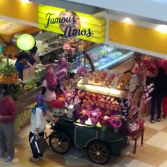 Photo taken at Famous Amos by Black J. on 2/10/2013