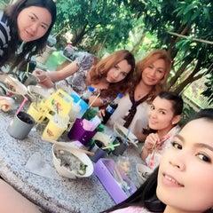 Photo taken at ครัวพี่เล็ก บ้านทรงไทย by นางสาวสุพัตตรา โ. on 12/8/2014