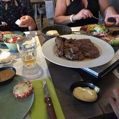 Photo taken at Manjefiek Brasserie by Jarne D. on 7/30/2015