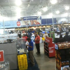 Photo taken at Best Buy by Wayne F. on 11/23/2012