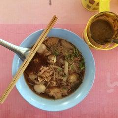 Photo taken at ก๋วยเตี๋ยวเนื้อวัว วัดดงมูลเหล็ก (Wat Dong Moon Lek Noodle) by Nares V. on 2/2/2015