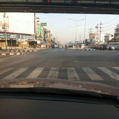 Photo taken at แยกศรีอุดม (Si Udom Intersection) by yoshi m. on 12/17/2012
