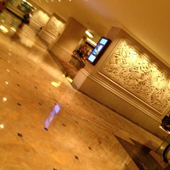 Photo taken at Shangri-La Hotel, Jakarta by Leslie C. on 5/27/2013