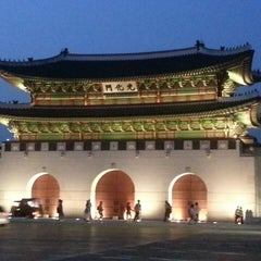 Photo taken at 광화문 (光化門, Gwanghwamun) by Yunkyung K. on 9/19/2013