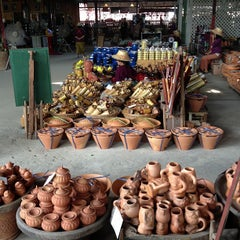 Photo taken at ตลาดโก้งโค้ง บ้านแสงโสม (Talard Kong Khong) by Kanjana L. on 12/15/2012
