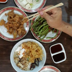 Photo taken at Yung Ho by Nina N. on 6/23/2014