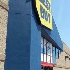 Photo taken at Best Buy by Juan M. on 4/15/2014