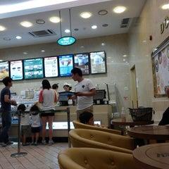 Photo taken at 크리스피크림도넛 / Krispy Kreme Doughnuts by Jangwon L. on 6/7/2013