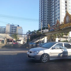 Photo taken at แยกห้วยขวาง (Huai Khwang Intersection) by P u. on 1/2/2016