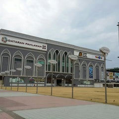 Photo taken at Dataran Pahlawan Melaka Megamall by Cheng H. on 6/30/2013