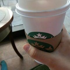 Das Foto wurde bei Starbucks von Julianna D. am 5/9/2016 aufgenommen