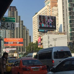 Photo taken at แยกห้วยขวาง (Huai Khwang Intersection) by Poon L. on 2/5/2016