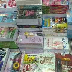 Photo taken at Popular Bookstore by Diera on 1/5/2013