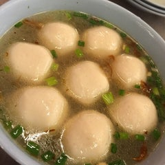 Photo taken at Famosa Chicken Rice Ball (古城鸡饭粒) by ❤️可欣❤️ on 8/12/2015