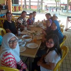 Photo taken at Restoran Selera Warisan Tom Yam Seafood by Aida Y. on 3/29/2013