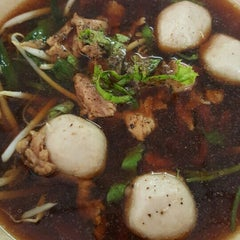 Photo taken at ก๋วยเตี๋ยวเนื้อวัว วัดดงมูลเหล็ก (Wat Dong Moon Lek Noodle) by Tivaluck M. on 7/30/2015