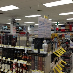 Photo taken at Lake Liquor Fine Wine & Liquor by Howard K. on 4/12/2013