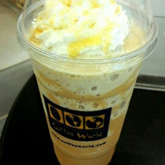 Photo taken at Coffee World (คอฟฟี่ เวิลด์) by AYK_Yui on 5/16/2015