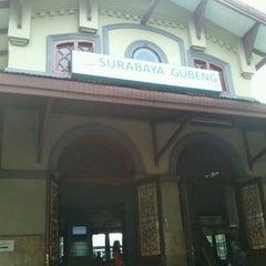 Photo taken at Stasiun Surabaya Gubeng by Doni D. on 10/6/2012