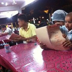 Photo taken at Barakat Tomyam Seafood by Imran Z. on 11/13/2012
