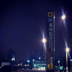 Photo taken at 홍대입구역 (Hongik Univ. Stn.) by Jung Min C. on 7/3/2013