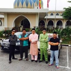 Photo taken at Masjid Al-Hidayah by K N A R ™ on 3/21/2015