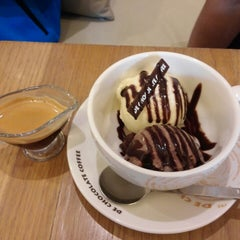 Photo taken at DE CHOCOLATE COFFEE by Brandon R. on 7/19/2013
