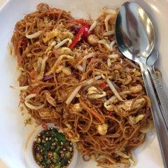 Photo taken at Downtown KLIA Seafood Restaurant (Chinese Seafoods Muslim Cuisine) by Hantu M. on 9/11/2015