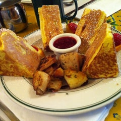 Photo taken at Mama's on Washington Square by Guilherme F. on 11/20/2012