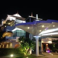 Photo taken at A-te' Hotel (โรงแรม เอเต้ ชุมพร) by Anuwat R. on 1/27/2014