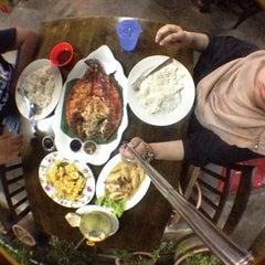 Photo taken at Seri Mesra Ikan Bakar & Seafood by Lyana Y. on 12/29/2015