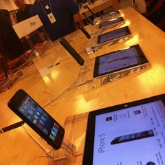 Photo taken at Apple Store, The Oaks by Orlando D. on 10/7/2012