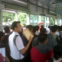 Photo taken at Halte TransJakarta Dukuh Atas 2 by gangsar a. on 10/30/2012