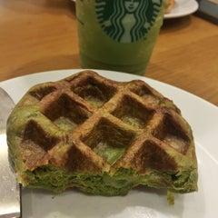 Photo taken at Starbucks (สตาร์บัคส์) by MEEN N. on 10/1/2015
