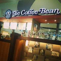Photo taken at The Coffee Bean & Tea Leaf by Anthony S. on 1/14/2013