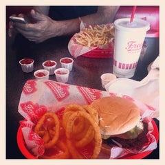 Photo taken at Freddy's Frozen Custard & Steakburgers by Gabriela D. on 4/18/2014