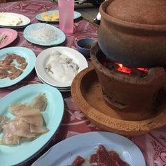 Photo taken at ซุ้ม 2 หมูจุ่ม หน้าวัฒโน by Ferny B. on 6/11/2015