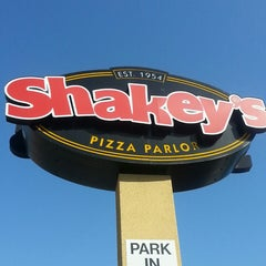 Photo taken at Shakey's Pizza Parlor by Re U. on 3/27/2014