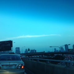 Photo taken at ทางพิเศษศรีรัช ส่วน A (Si Rat Expressway Sector A) by Pawinee M. on 10/25/2013