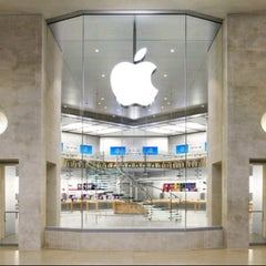 Photo taken at Apple Store, Carrousel du Louvre by Angel M. on 3/30/2013