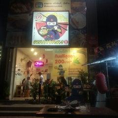 Photo taken at Ninja Ramen (นินจา ราเมง) by Tomas N. on 11/13/2012