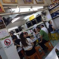 Photo taken at บะหมี่ แสบ X2 (Noodle+Khamoo Restaurant) by Gregory C. on 9/15/2015