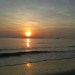 Photo taken at ชายหาดสวนสนประดิพัทธ์ (Suan Son Pradipat Beach) by Araya P. on 12/30/2012