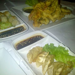 Photo taken at Butterfly Sushi Bar & Thai Cuisine by Ng F. on 10/1/2012