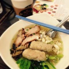Photo taken at นายเม้งบะหมี่ปู เกี๊ยวกุ้งยักษ์ (Meng Noodle) by Jay W. on 3/4/2015