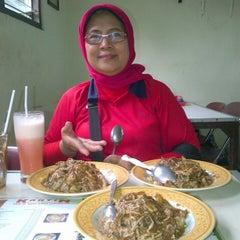 Photo taken at Kantin Rujak Cingur Pak Hadi by Retno W. on 11/13/2012