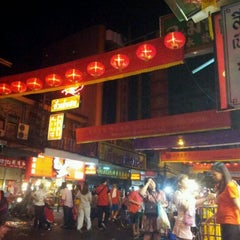 Photo taken at ศูนย์ประวัติศาสตร์เยาวราช (Yaowarat Chinatown Heritage Center) 耀华力唐人街历史中心 by กรศศิร์ ค. on 1/23/2012